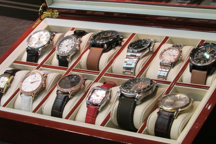 На алмазной фабрике. За 120 евро можно купить часы с небольшим бриллиантом.