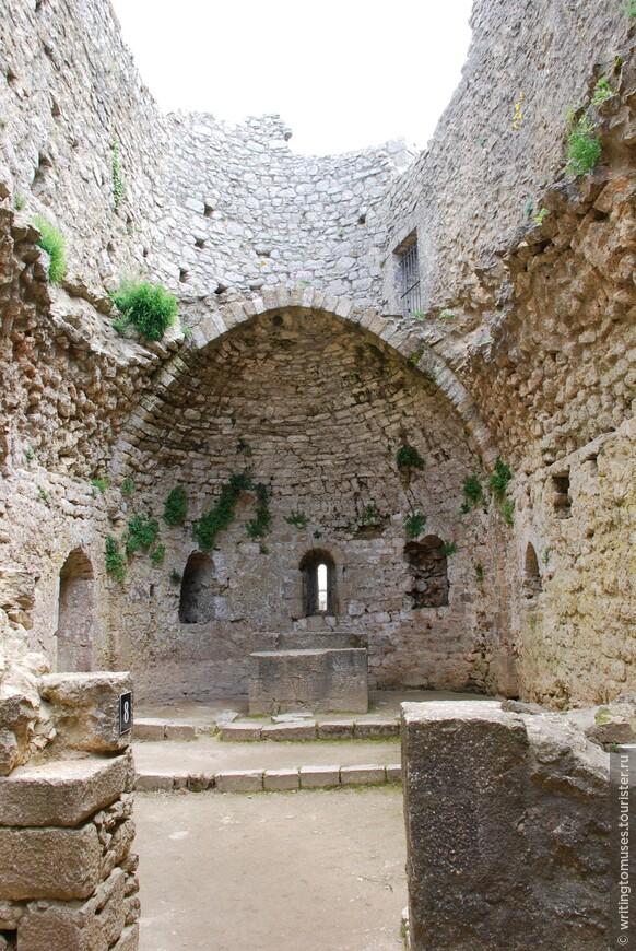 Внутри развалин средневекового замка.