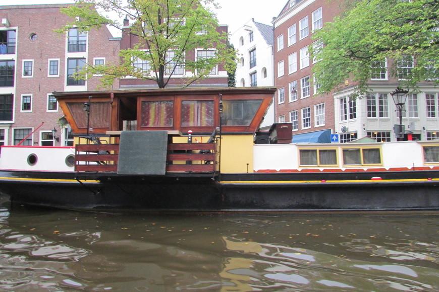 Домики на воде - самое дешевое жилье в Амстердаме.