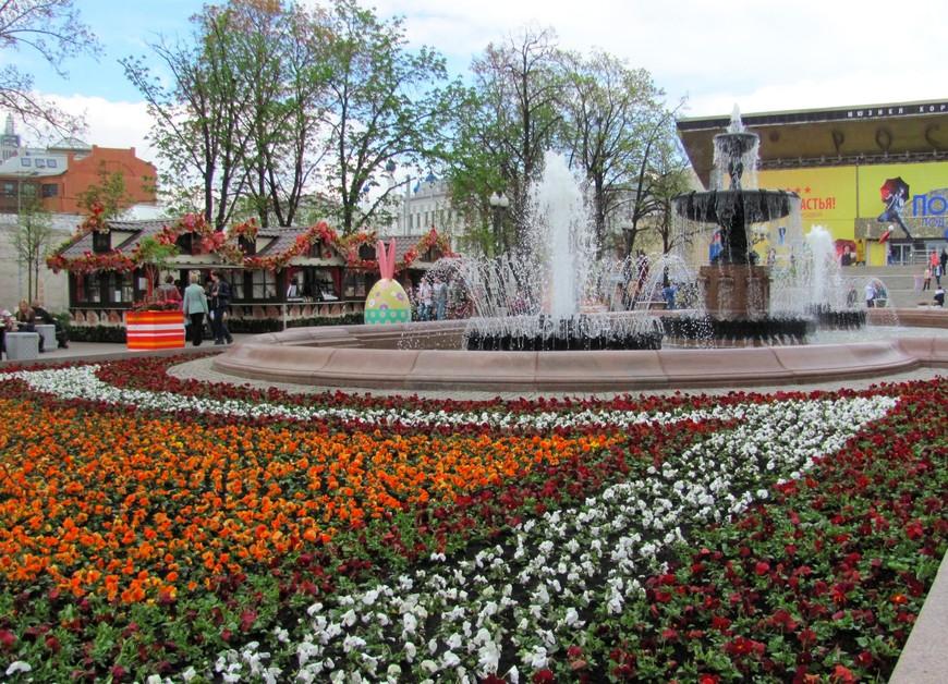 Как только потеплело, на Пушкинской площади зацвели клумбы и заработал фонтан