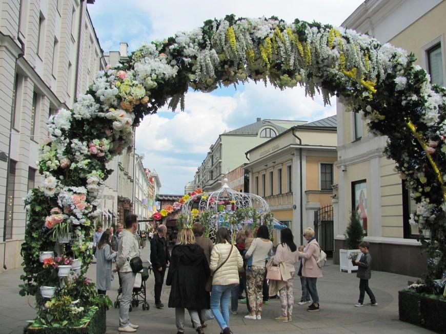 """Свернули налево - здесь находится фестивальная площадка """"Цветочная ярмарка""""."""