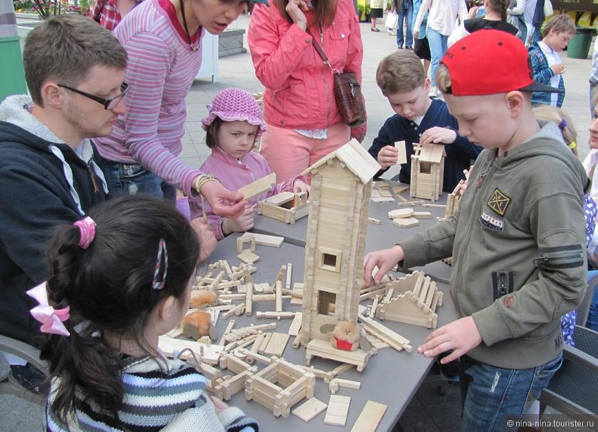 На детской площадке можно найти развлечение на любой вкус.