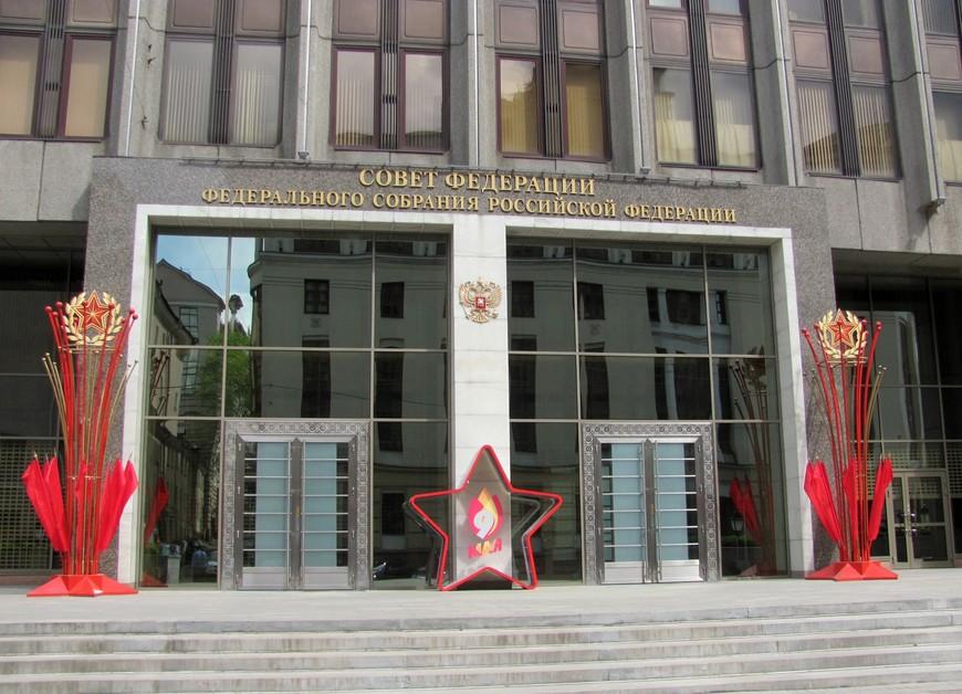 С Пушкинской площади мы свернули на Большую Дмитровку. Прошли мимо здания Совета Федерации. А два полицейских любезно и сами, безо всяких просьб с моей стороны, отошли в сторонку, чтобы я сделала это фото