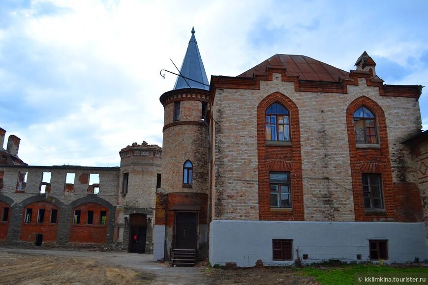 Из других сохранившихся построек на территории бывшей усадьбы часть используется под индивидуальное жилье, остальные стоят с выбитыми стеклами и ждут реставрации.