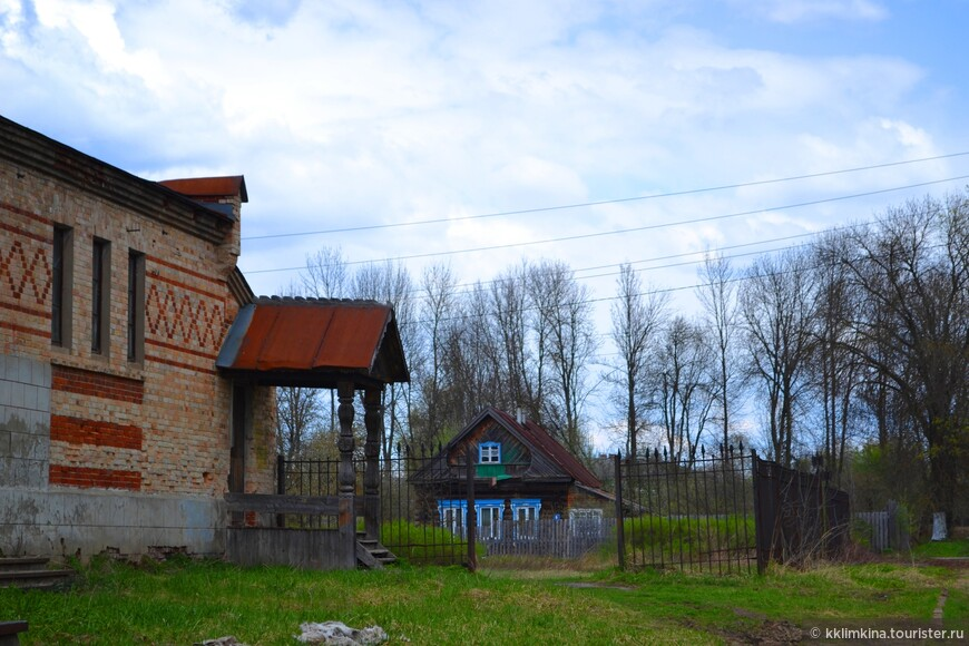 По легенде готический замок во Владимирской области был построен «на спор». Храповицкий во время путешествия по Франции заключил пари, что выстроит в России замок, который ни в чем не будет уступать европейским аналогам.