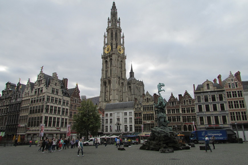Центральная площадь Антверпена.