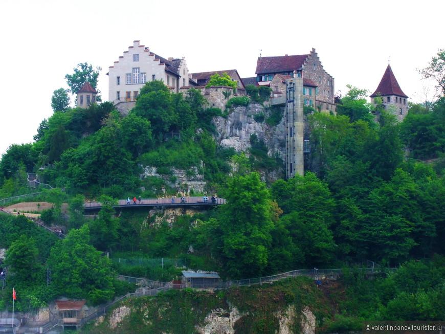 Замок Лауфен на противоположном берегу, по другую сторону от замка Вёрт. А из его окон водопад - как на ладони, практически прямо под ним!