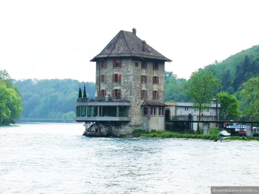 Замок Вёрт на берегу Рейна. Из его окон прекрасно виден водопад