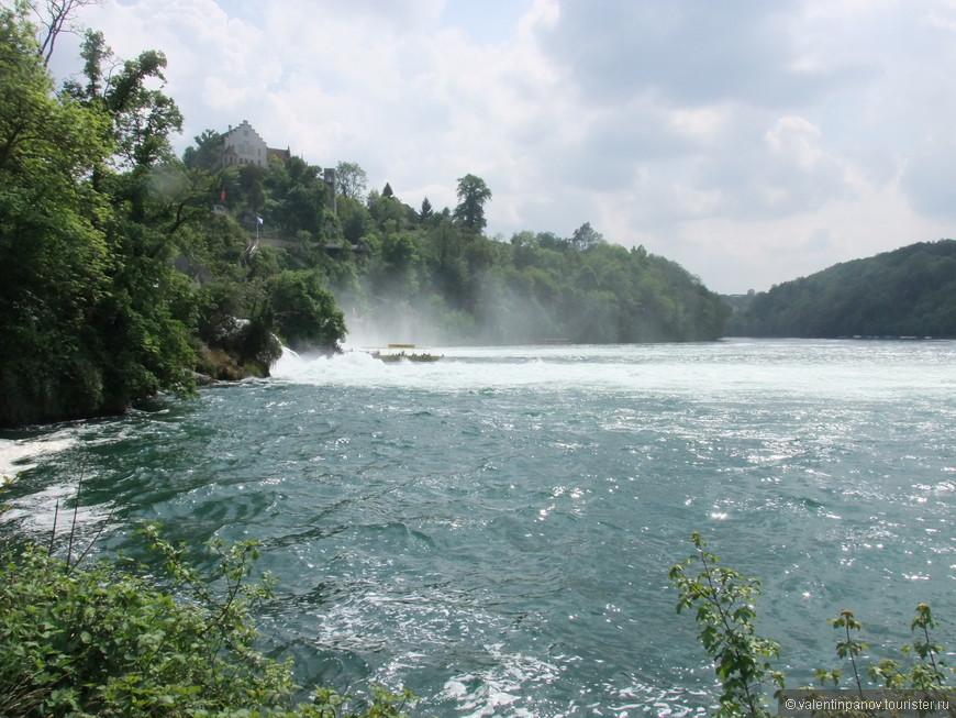 Вот к этому самому месту и устремляются туристические лодки и катерки!
