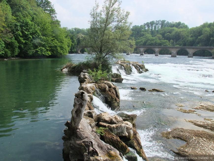 Естественная (нерукотворная) плотина. Чуть дальше - железнодорожный мост через Рейн возле водопада
