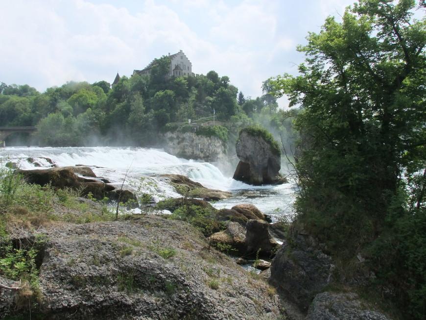 На самом деле полностью увидеть и оценить знаменитый Рейнский водопад можно либо с высоты, либо совершив прогулку по прилегающим окрестностям с завершающим этапом подплытия на кораблике практически к самому подножию водопада