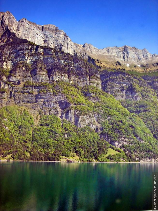 Одно из симпатичных горных озер. Раньше не задумывался, нынче почерпнул: Рейн протекает через ряд таких озер, а также через знаменитое Боденское озеро, пересекает отроги Юры и Шварцвальда, после чего течёт по Верхнерейнской низменности. В среднем течении прорывается через Рейнские Сланцевые горы.  Впадает в Северное море, образуя сложную дельту.Протекает по территории 6 государств: Швейцарии, Лихтенштейна, Австрии, Германии, Франции, Нидерландов.