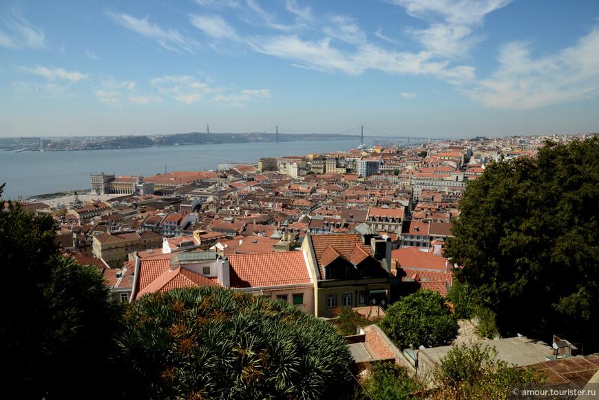 Наверное, классическая картинка из Лиссабона, но уж очень хорошо характеризует город. Вид с замка Святого Георгия на Площадь Коммерции и мост 25 апреля.