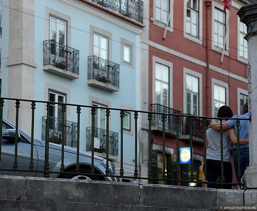 Вид из окна фуникулера - улицы Лиссабона.