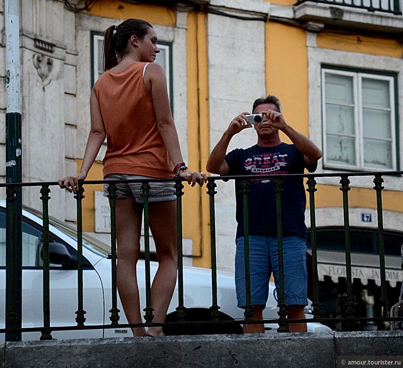 Очень хотелось снять какую-то нестандартную сценку на улицах города. Конечно это не откровение, но как получилось... Туристы в Лиссабоне.