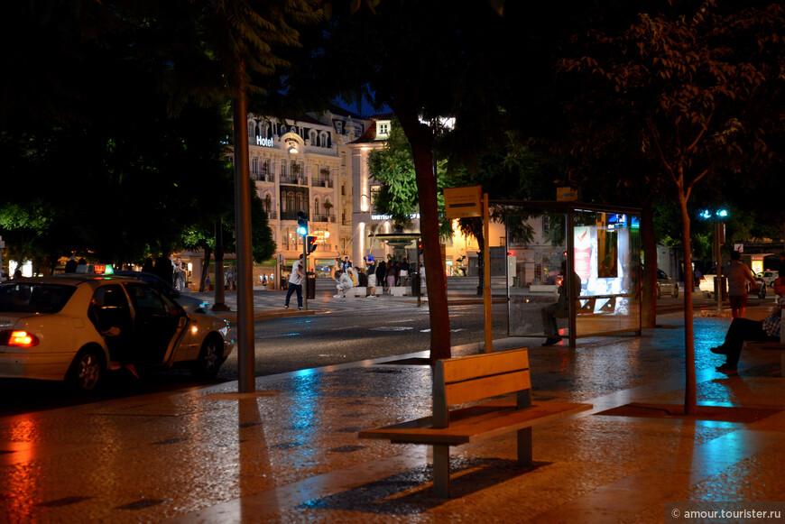 Площадь Россио является одной из главных площадей Лиссабона, столицы Португалии. Можно сказать, что у этой площади два названия. Старое, еще с XIII-XIV веков, название Россио, и официальное, с 1874 года, название Площадь Дона Педро IV.   Площадь вымощена темными и светлыми булыжниками таким образом, что образуется узор в виде волн, украшена роскошными бронзовыми фонтанами.    На площади можно увидеть памятник королю Педро IV на высоком постаменте, а также здание Национального театра Дона Марио II. Раньше на месте театра находился дворец инквизиции. Вечером на площади Россиу. Красиво сверкает гранитная плитка тротуара.
