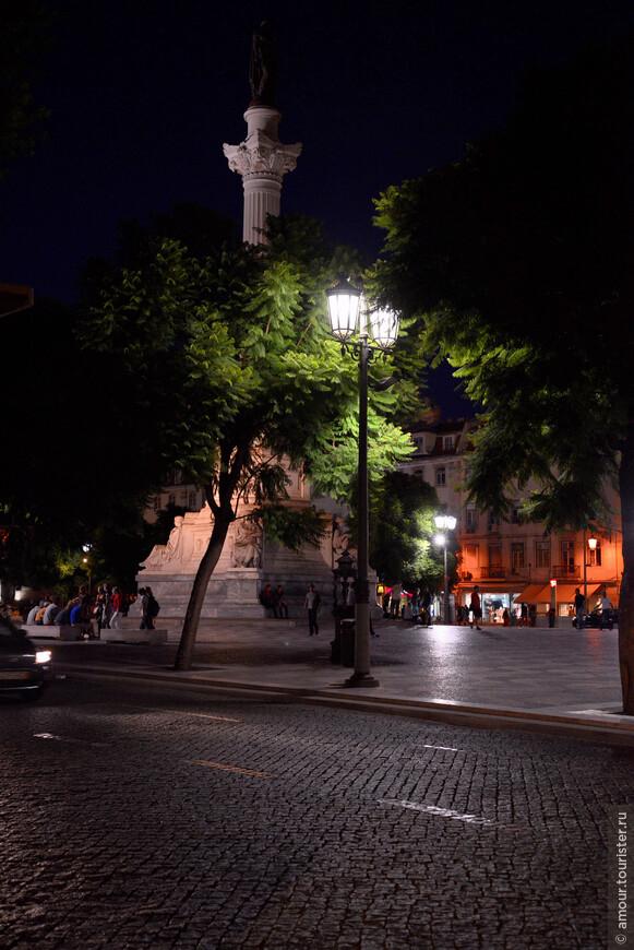 Ночной вид на памятник дону Педро IV. Он был не только королем Португалии, но и Первым Императором Бразилии