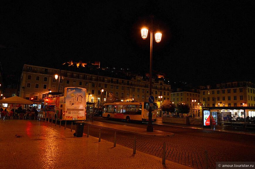 Площадь Жоана I в Лиссабоне. Вид на замок Святого Георгия. Отсюда отходят жёлтые экскурсионные автобусы Лиссабона. Мы прокатились на одном из них, но к сожалению, без фотоаппарата.