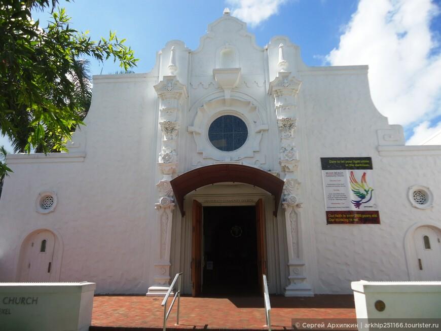 В начале улице расположен небольшой храм 19 века