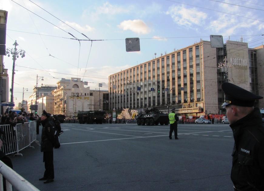 Прохождение военной техники по Тверской улице мы посмотрели от Новопушкинского сквера
