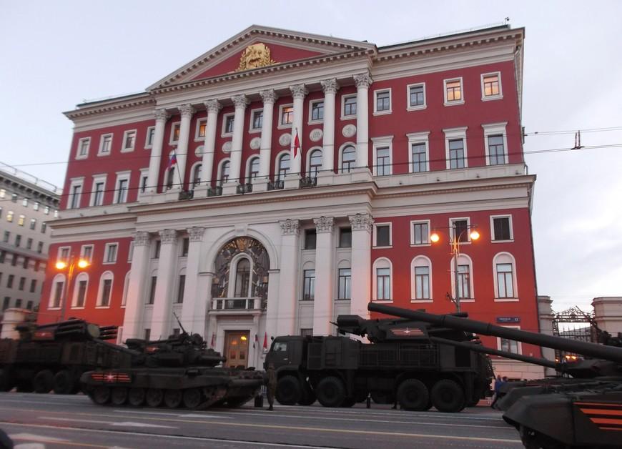 Военная техника около Мэрии Москвы