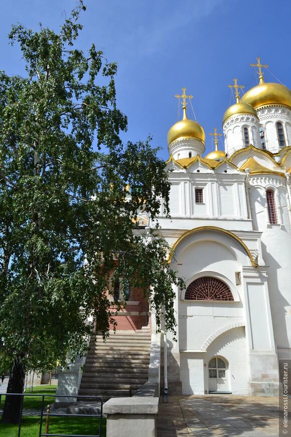 Несмотря на то, что Иван Грозный так много сделал для этого храма, эта лестница была пристроена для него, когда на него была наложена епитимья - он не допускался в храм с другими молящимися. Несмотря на то, что был Грозным, но Церковь и его наказывала.