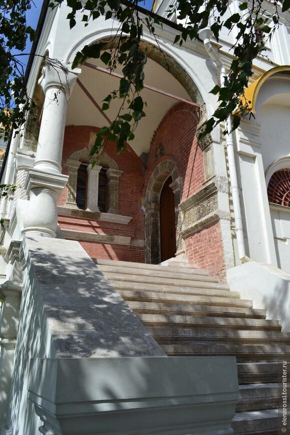 Вот лестница, которая вела в притвор, где молился провинившийся царь.