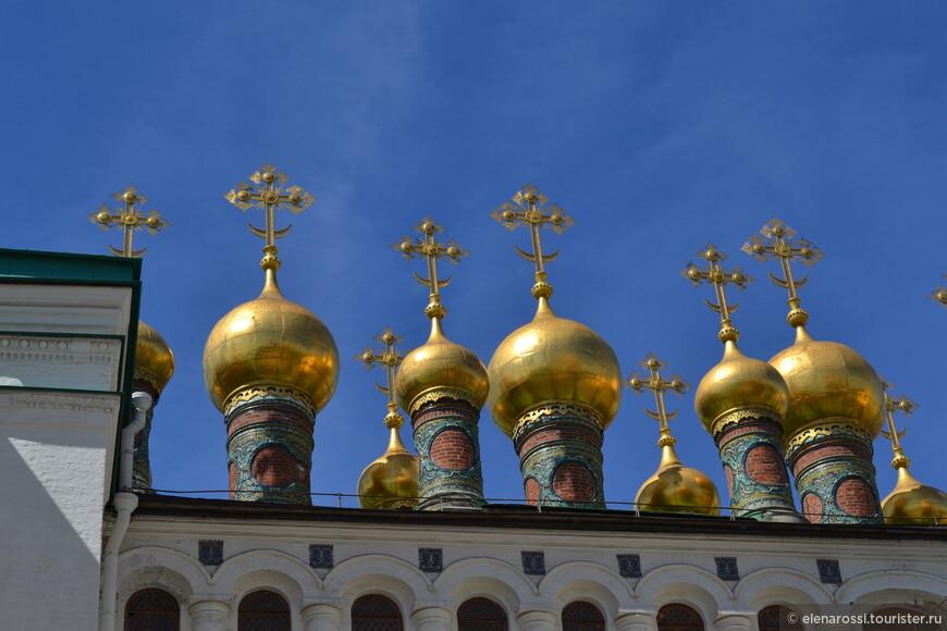 Целый хоровод куполов, удивительной красоты. Это купола  домовых церквей Теремного дворца. Здания стоят рядом, плечом к плечу и купола разговаривают.
