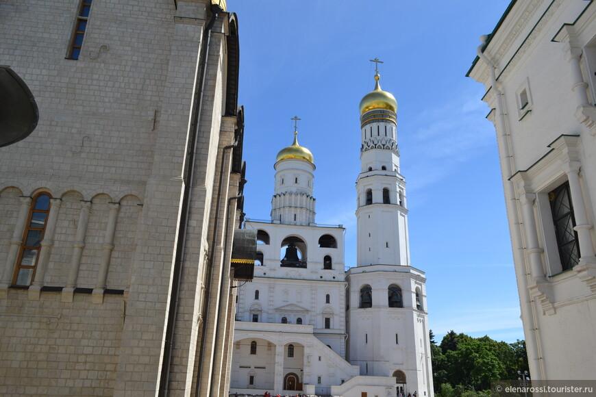 С этих ступенек хорошо фотографировать Иван-Великий. Как бы ни был велик Успенский собор, но доминантой Соборной площади является все же Колокольня Ивана Великого.