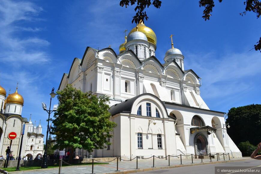 Так и хочется посмотреть на эту красоту с разных сторон. Именно здесь (сбоку) находится скромный придел св. Уара, где сегодня находятся мощи святой Преподобной Ефросиньи Московской.