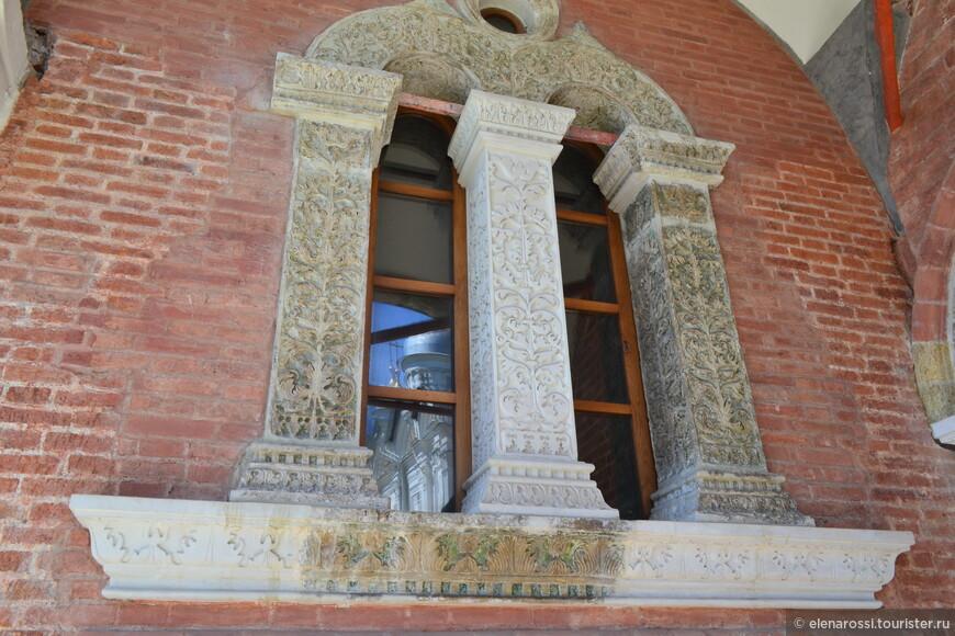 Как в окнах отражаются лики церквей, так и сами храмы - отражения страниц исторических событий.