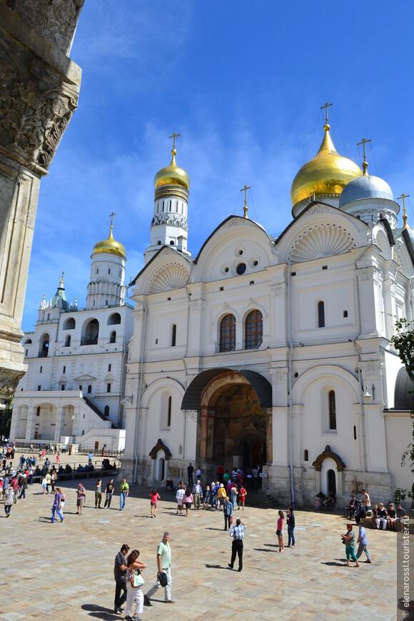 Напротив Благовещенского храма находится храм  Архангельский. Храм во имя Архангела Михаила заложил еще в 1333 году Иван Калита. Он же завещал похоронить его в этой церкви.