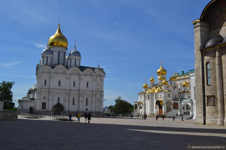 Справа Благовещенский собор, а прямо перед нами Архангельский.