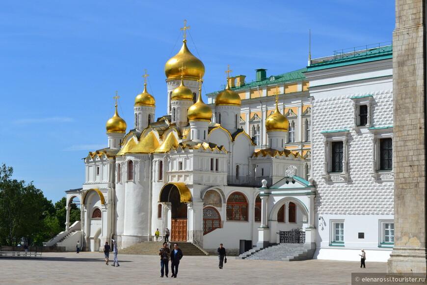 """Собор на этом месте был заложен еще в 1484 году, по велению Ивана III. За время своего существования храм множество раз перестраивался и украшался.  В 1562-64 года, по указу Ивана Грозного собор не только перестроили (он стал девятиглавым), но покрыли купола и крышу золоченой медью. С того времени храм стали называть """"златоверхим""""."""