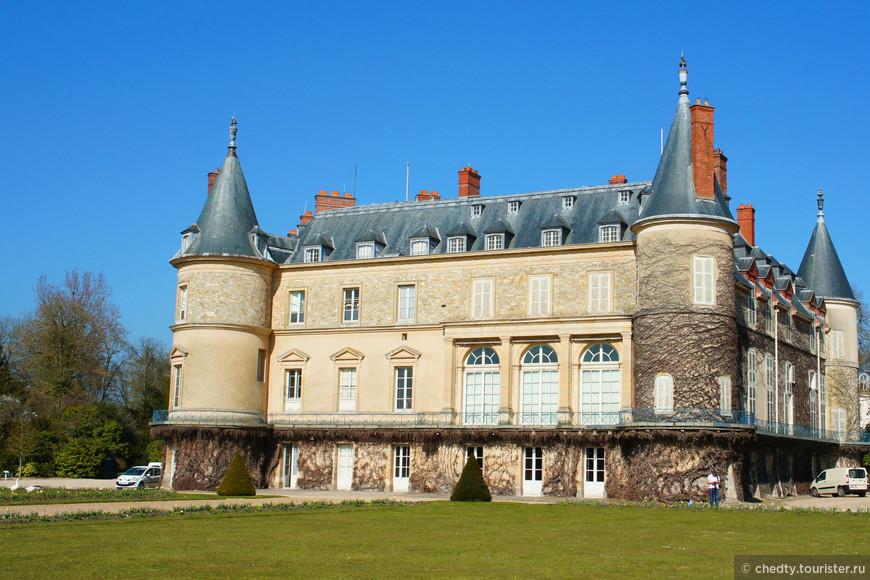Кроме дворцов у них еще и замки были. Любили люди на природе отдохнуть и я их понимаю. Рамбуйе