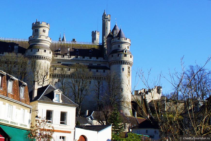 Высота башен около ста метров, толщина стен 5-6 метров.