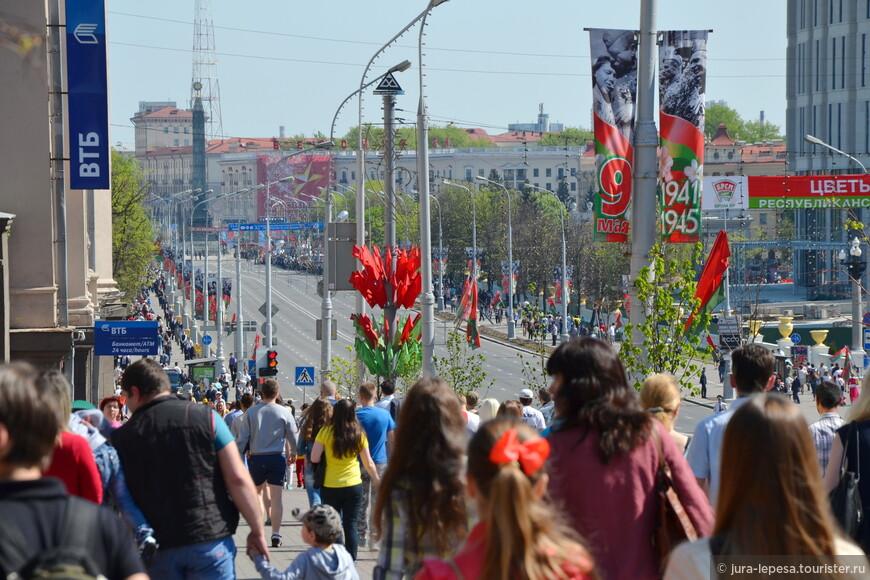 Люди шли на праздник с надеждой увидеть яркое и красочное действо.Большинство-россияне.Местные уехали за город.На деле оказалось все гораздо скромнее их ожиданий.Было возложение венков главой государства и праздничная речь.