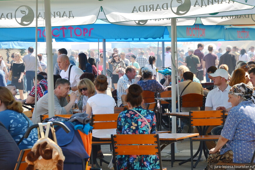 А это классическая схема проведения любого праздника в Минске.Толпа ест и пьет в центре города.Кто там говорил,что в городе мало людей?