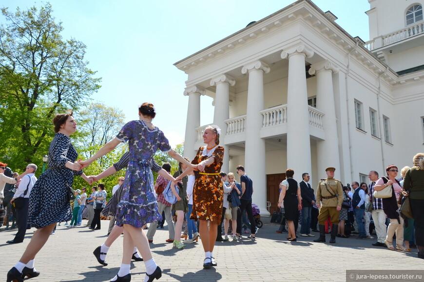Девочки,одетые по моде 40-х.В принципе,сейчас в таком тоже ходят.