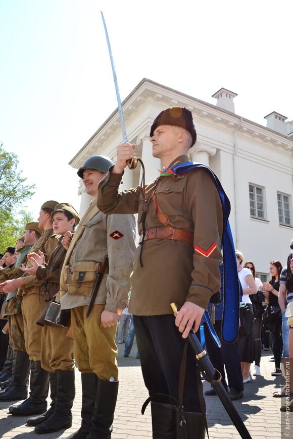 Официальную торжественную часть посмотреть не удалось,но была возможность увидеть анимацию,пусть и не настоящих,но все же военных.