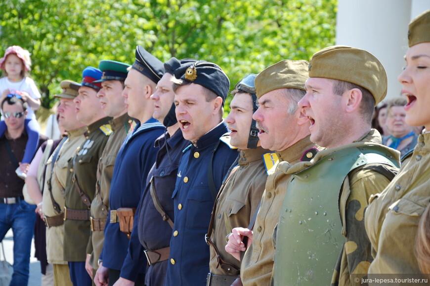 Кстати,это были чуть ли не единственные люди в военной форме в центре города.Ветеранов вообще были единицы.