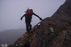 Альпинист чудом остался жив, сорвавшись с 800-метровой высоты