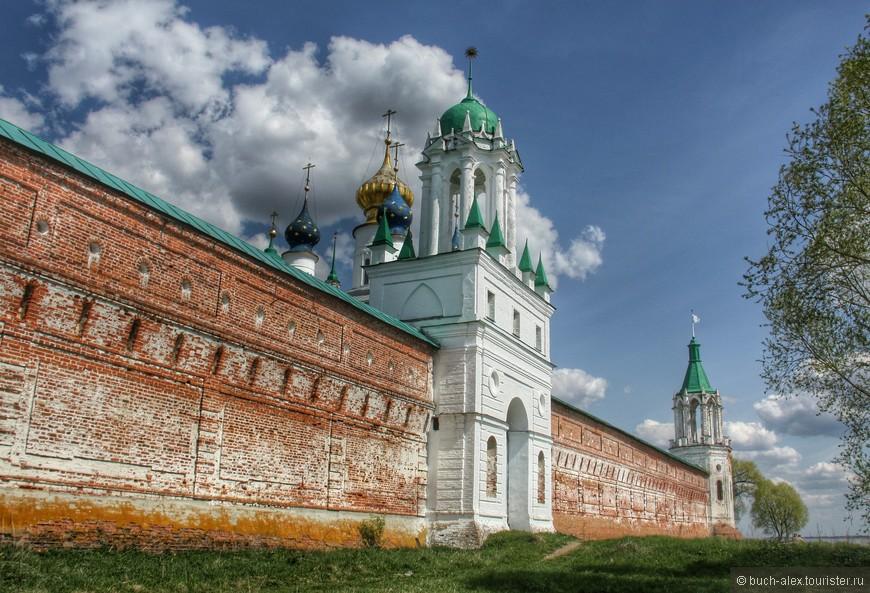Спасо-Яковлевский Дмитриев мужской монастырь, если ехать из Москвы,  находится как раз при въезде в Ростов. С него и начали, запаркововшись прям на берегу, обойдя монастырь вокруг
