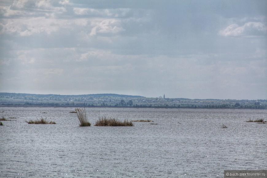 Надо сказазать, что берега озера и так болотисто-некрасивые, так ещё и местные всячески их замусоривают, как бы говоря - Мы согласны с Петром I