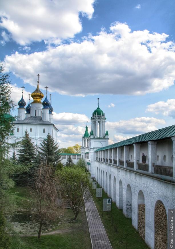 Церковь Зачатия Анны и стены монастыря.