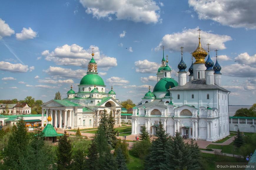 Собор Дмитрия Ростовского (слева) и храм Якова Ростовского (справа), ну и упомянутая выше церковь Зачатия Анны.