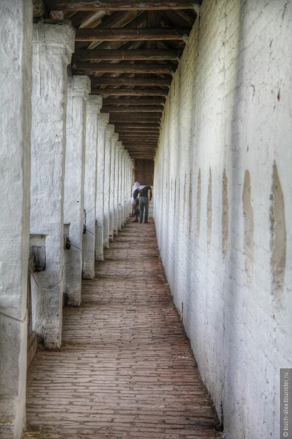 Галерея на стенах монастыря.