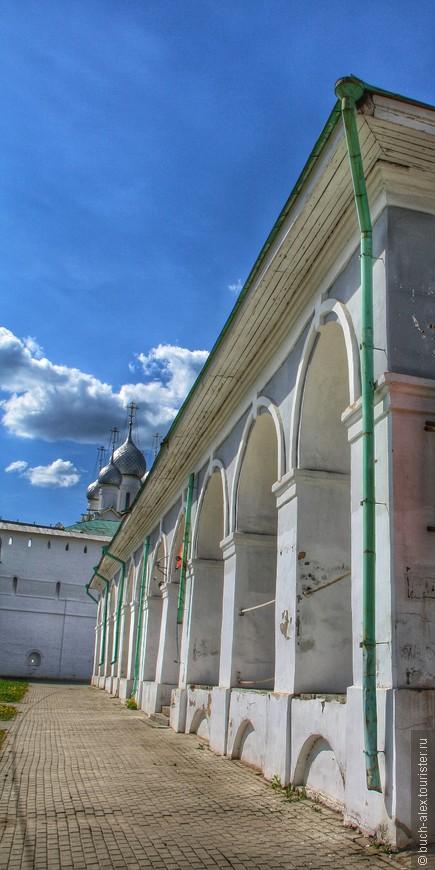 Садимся на машину и перемещаемся в центр Ростова, поближе к Кремлю. Парковок масса, выбирай любую. Мы выбрали возле Гостинного Двора, справа от Кремля.