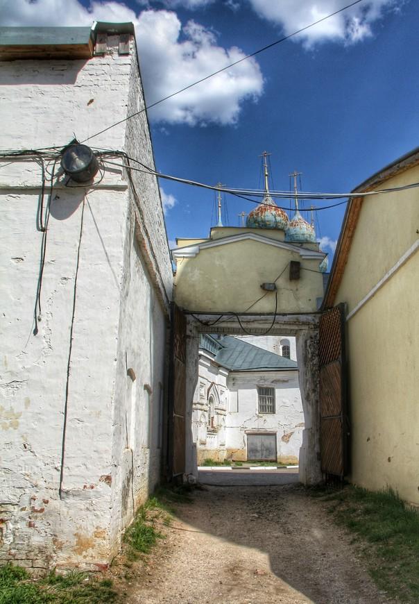 На территорию можно зайти с двух сторон. Мы выбрали ближний к Гостиному двору вход через Соборную ограду. Как я понял вход не основной, и в этом его прелесть.