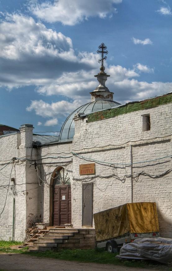 Те самые здания которые опоясывают Успенский собор с трех сторон. Соборная ограда.
